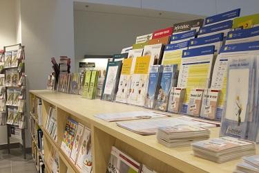 Photos des étagères de dépliants du Centre de ressources pour les patients.
